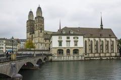 Weergeven van de oude stad van Grossmunster en van Zürich van Limmat-rivier royalty-vrije stock foto's