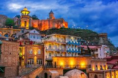 Weergeven van de Oude Stad van Tbilisi, Georgië na zonsondergang royalty-vrije stock foto's
