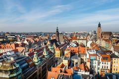 Weergeven van de oude stad van Wroclaw in Polen, de mening van het vogeloog van kleurrijke daken van oude stad royalty-vrije stock fotografie