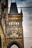 Weergeven van de poedertoren in Praag, met een bewolkte hemel op de achtergrond royalty-vrije stock afbeelding