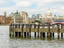 Weergeven van de Rivier van Victoria Embankment en van Theems, Londen, het UK royalty-vrije stock afbeeldingen