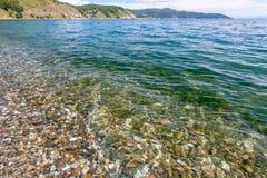 Weergeven van de rotsachtige kust met duidelijk transparant water dichtbij de kust van Meer Baikal royalty-vrije stock foto's