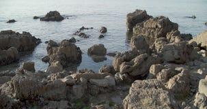 Weergeven van de rotsen van de kust stock footage