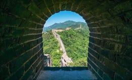 Weergeven van de ruïnes van de Grote Muur van China bij Mutianyu-sectie in noordoosten van centraal Peking stock foto