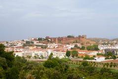 Weergeven van de Silves-stadsgebouwen met het beroemde kasteel en de kathedraal in Silves, Portugal royalty-vrije stock foto's