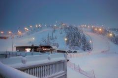 Weergeven van de skitoevlucht Ruka Fins Lapland, koude de winteravond royalty-vrije stock fotografie