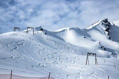 Weergeven van de snow-covered bergketen Skisporen op de berghelling en de stoeltjeslift royalty-vrije stock afbeelding