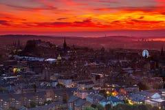 Weergeven van de stad van Edinburgh met mooie oranje zonsonderganghemel royalty-vrije stock fotografie