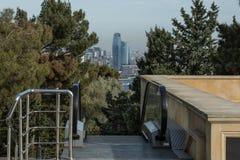 Weergeven van de stad in het park bovenop de roltrap stock foto's