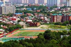 Weergeven van de stad van Krasnodar met fudbolny gebied royalty-vrije stock afbeelding