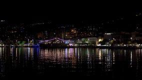 Weergeven van de stad van Makarska en een oorlogsschip op de pijler met een feestelijke slinger stock videobeelden