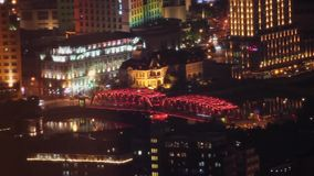 Weergeven van de stad van Shanghai met verscheidene bruggen die over een rivier, Shanghai, China uitspreiden stock video