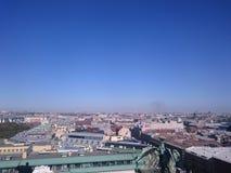 Weergeven van de stad van St. Petersburg van de colonnade van St Isaac& x27; s Rusland royalty-vrije stock afbeelding