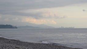 Weergeven van de stad van wolkenkrabbers en het overzees van de tegenovergestelde bank Het gelijk maken na zonsondergang Batumi,  stock video