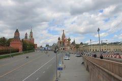 Weergeven van de toren van het Kremlin Spasskaya en het Rode vierkant in Moskou Rusland stock fotografie