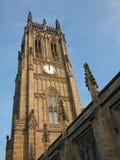 Weergeven van de toren van de historische die petersmunster van heilige in Leeds vroeger de parochiekerk in 1841 wordt voltooid stock foto