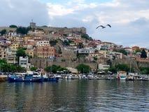 Weergeven van de Vesting en de stad van Kavala hiuses in het daglicht met een zeemeeuw royalty-vrije stock foto