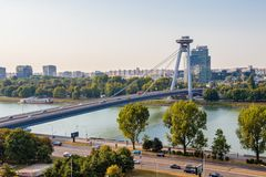 Weergeven van de vestingsheuvel van Bratislava op de rivier en brug SNP van Donau stock foto's