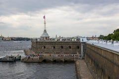 Weergeven van de vestingsmuur van Peter en Paul Fortress in St. Petersburg stock fotografie