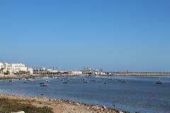 Weergeven van de vissersboten die zich dichtbij de kust bevinden royalty-vrije stock fotografie
