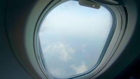 Weergeven van de vliegende vliegtuigen op de wolken stock footage
