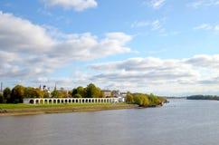 Weergeven van de Volkhov-Rivier, de stad achter de rivier en oude Gostiny Dvor op een zonnige de herfstdag Veliky Novgorod, Rusla royalty-vrije stock fotografie