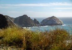 Weergeven van de Vreedzame Kustweg Nr 1 op de oceaan in Californië royalty-vrije stock foto's