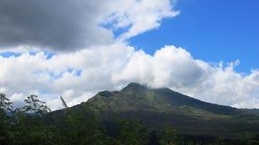 Weergeven van de vulkanische caldera van Batur, in het Kintamani-berggebied royalty-vrije stock foto's