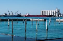 Weergeven van de waterkantindustrie in Abu Dhabi stock foto's