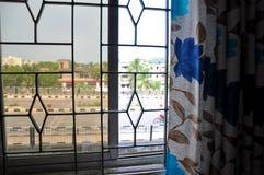 Weergeven van de weg door het venster en gordijnen op een zonnige dag royalty-vrije stock foto's