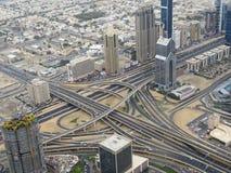 Weergeven van de wegverbinding en de stad van Doubai van het observatiedek van de toren van Burj Khalifa stock afbeeldingen