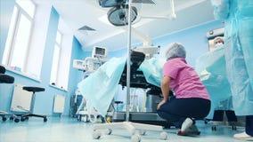 Weergeven van de werkende ruimte Een chirurgisch medisch team die in de moderne werkende ruimte van het ziekenhuis werken trof vo stock footage