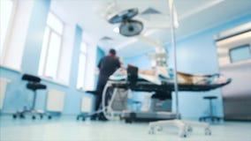 Weergeven van de werkende ruimte Een chirurgisch medisch team die in de moderne werkende ruimte van het ziekenhuis werken trof vo stock videobeelden