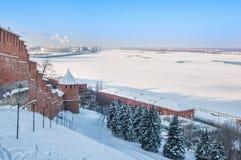 Weergeven van de winter Volga in Nizhny Novgorod stock afbeeldingen