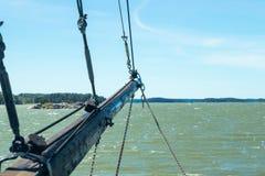 Weergeven van de zeilboot van overzees en archipel bij zonnige de zomerdag in Naantali, Finland stock afbeeldingen