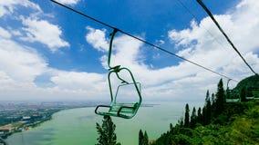 Weergeven van Dianchi-Meer en kabelstoeltjeslift die over Westelijke Heuvels, in Kunming, China reizen stock afbeeldingen