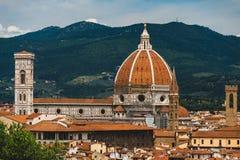 Weergeven van Duomo van Florence met zijn kenmerkende die koepel door Brunelleschi wordt ontworpen stock afbeeldingen