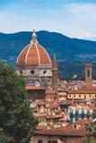 Weergeven van Duomo van Florence met zijn kenmerkende die koepel door Brunelleschi wordt ontworpen stock fotografie