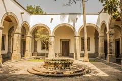 Weergeven van een binnenplaats van het culturele Instituut Cabanas in Mexico stock fotografie