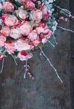 Weergeven van een boeket van verse pastelkleur roze rozen met op rustieke houten achtergrond stock afbeelding