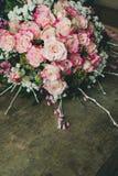 Weergeven van een boeket van verse pastelkleur roze rozen met op rustieke houten achtergrond royalty-vrije stock foto's
