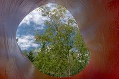 Weergeven van een boom door een beeldhouwwerk, metis-sur-MER stock afbeeldingen