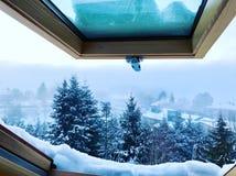 Weergeven van een dakraam in de winter stock afbeeldingen