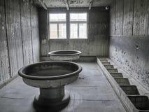 Weergeven van een gemeenschappelijk toilet binnen van één van de barakken waar pris stock afbeeldingen