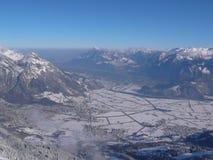 Weergeven van een hoge alpiene bergpiek in Zwitserland met een grote mening van de valleien en de dorpen en bergen achter al cove royalty-vrije stock fotografie