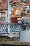 Weergeven van een hogere vrouw die van de mening van Douro-rivier, op terras genieten royalty-vrije stock foto's