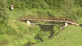 Weergeven van een houten brug over een kleine rivier stock video