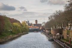 Weergeven van een kasteel door een rivier royalty-vrije stock foto