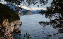 Weergeven van een klip in zonsondergangtijd dichtbij Petrovac, Montenegro royalty-vrije stock foto