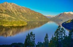 Weergeven van een meer tussen de bergen stock afbeeldingen